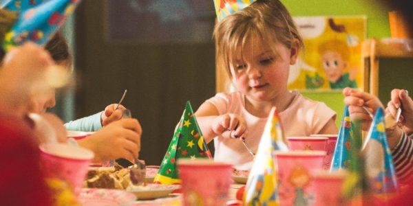 Tort dla dziewczynki może być w kształcie lalki lub okrągły tort z wyobrażeniem tafli wody z syrenkami