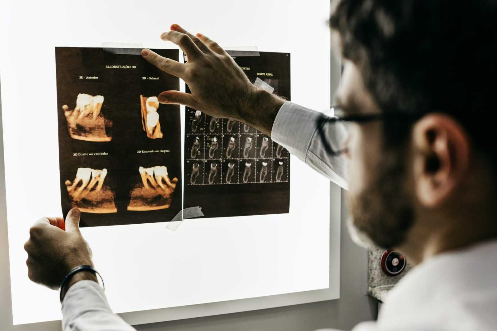 Dentysta z Tych - Endo Medica, przęgląda uzębienie pacjenta
